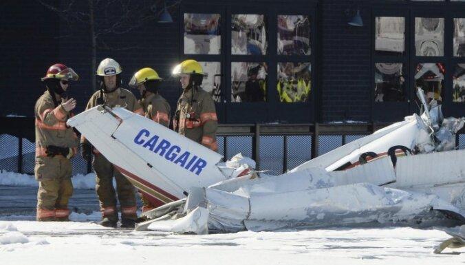 Monreālā virs iepirkšanās centra saduras divas nelielas lidmašīnas; viens bojā gājušais