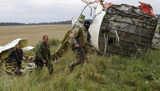 Kijeva: Krievija palīdz kaujiniekiem iznīcināt lidmašīnas notriekšanas pierādījumus