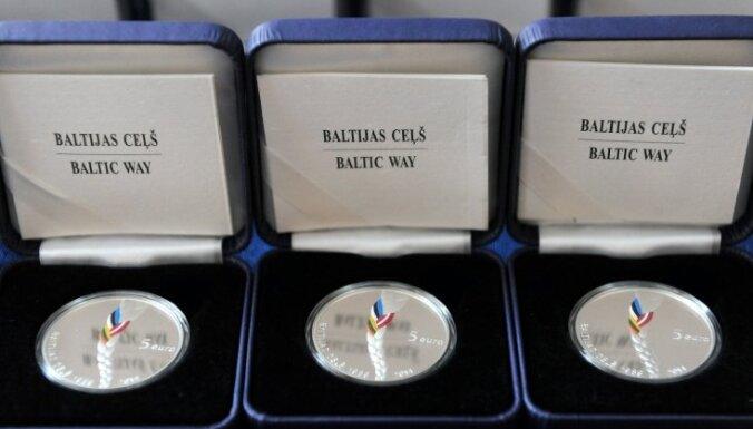 Foto: Prezentē 'Baltijas ceļam' veltīto kolekcijas monētu