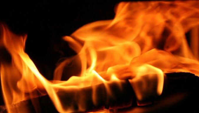 Kurzemē gūst apdegumus, dzēšot paša izraisītu kūlas ugunsgrēku; Latgalē - izglābj laivotājus
