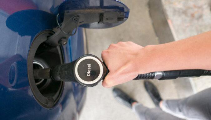 Работающая в Латвии сеть заправок уличена в мошенничестве с топливом на 400 000 евро