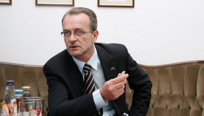 Juristi Elksniņam norādījuši uz krimināla nodarījuma pazīmēm aizskarošos Rasnača 'tvītos'