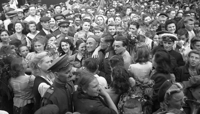 Neaprakstāms prieks, bēdas un izmisums. Kā 1945.gada 9.maiju atceras latviešu un krievu bērni