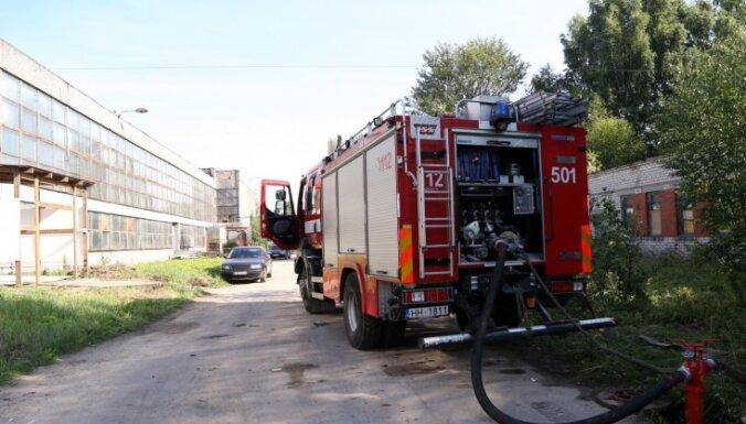 19 пожарных продолжают тушить пожар на мебельном производстве в Иманте