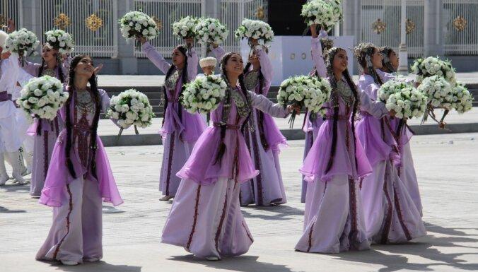 Turkmenistānā Covid-19 joprojām neesot, bet ierobežo cilvēku pārvietošanos