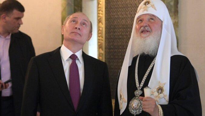 Духовник патриарха Кирилла облетел Москву и помолился о защите от Covid-19