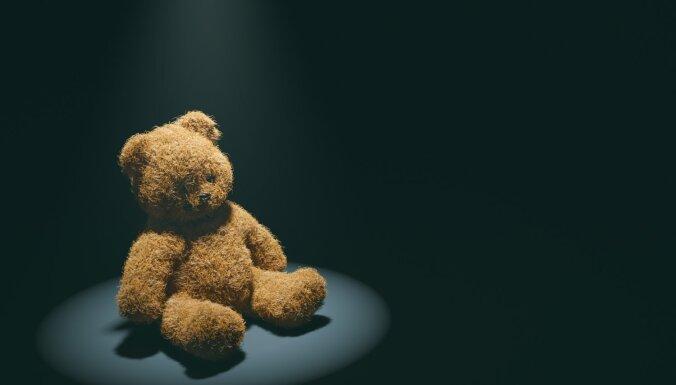Septiņas pazīmes, kas var liecināt - bērns cieš no seksuālas vardarbības internetā