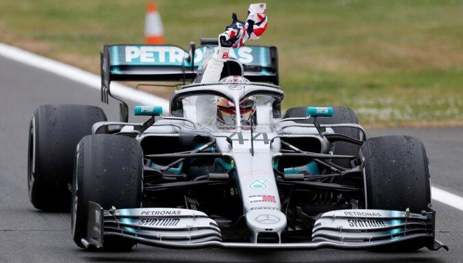 Hamiltons izcīna uzvaru dzimtās Lielbritānijas 'Grand Prix', Fetelam kārtējais fiasko