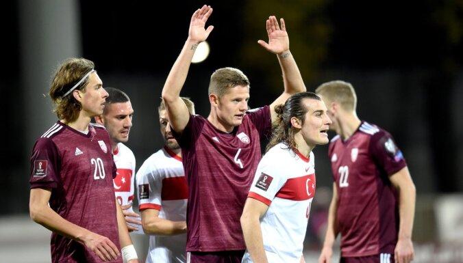 Latvijas futbolisti kompensācijas laikā sirdi plosošā veidā piekāpjas Turcijai