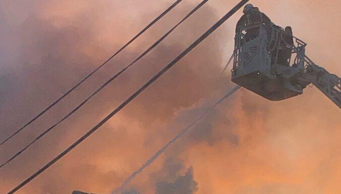 ФОТО из соседнего дома: Как тушили трагический пожар в центре Риги