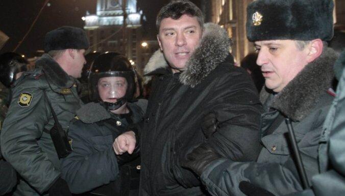 Bijušajam Krievijas vicepremjeram Ņemcovam 15 dienu administratīvais arests