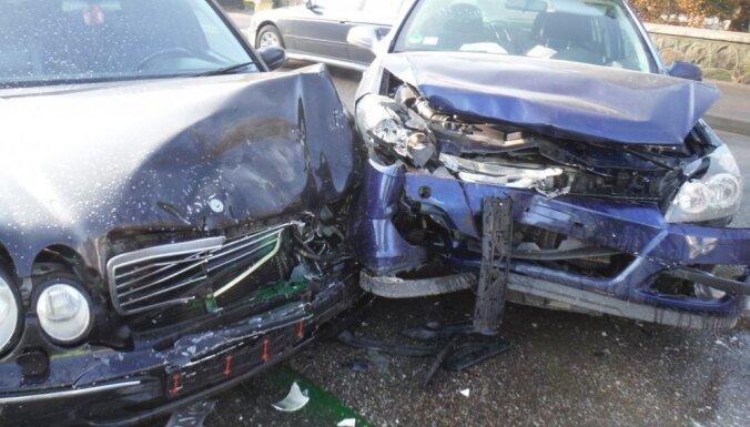 """Столкновение на """"встречке"""": разбиты Mercedes и Opel"""