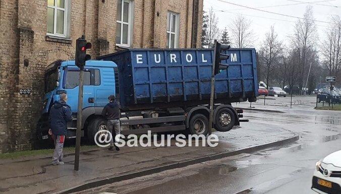 ФОТО: На Саркандаугаве грузовик врезался в стену жилого дома; водитель сбежал