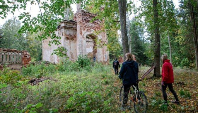 Ceļojums laikā: Senā Aumeistaru muiža ar labdabīgiem ērmiem un senu kapeņu drupām