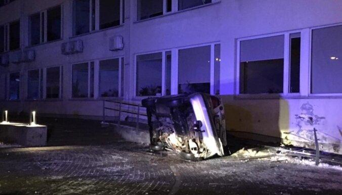 Jūrmalas domes ēkā naktī ietriecies auto