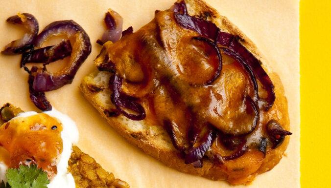 Grilētas maizītes ar sarkano sīpolu un sieru