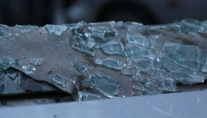 ДТП в Риге: BMW врезался в дерево, водитель госпитализирован