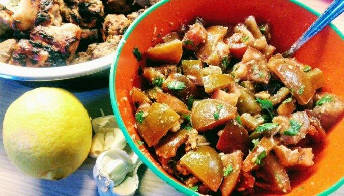 Ideāla piedeva šašlikam – tomātu salāti ar ķiplokiem un valriekstiem