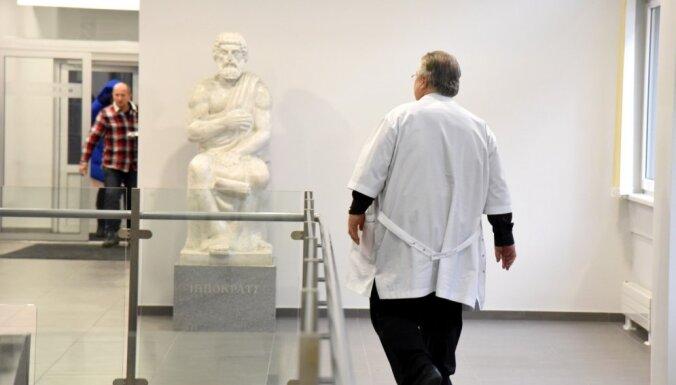 В латвийских больницах не хватает тысячи медиков. Ситуацию спасают сверхурочные и пожилые врачи
