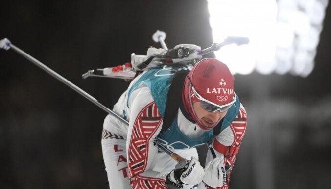 Latvijas biatlonisti PK posmā stafetē paliek pēdējie