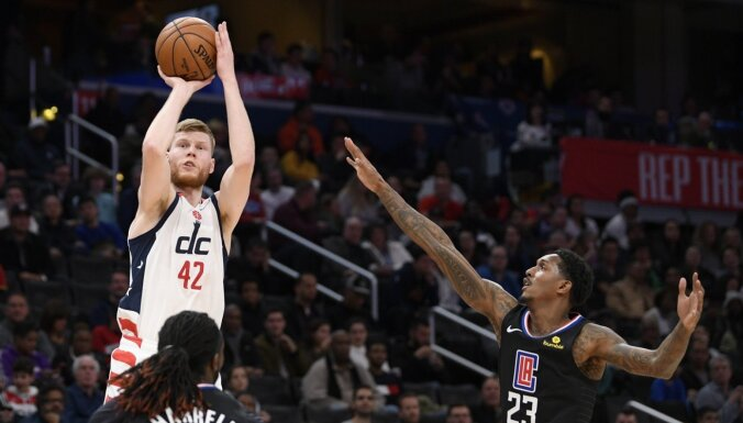 Bertāns gūst 25 punktus pret sīksto 'Clippers'; Porziņģim 'velna ducis' pret 'Kings'