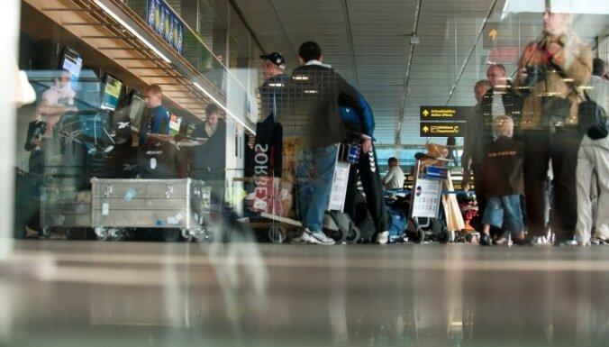 """Аэропорт """"Рига"""" выплатил компенсацию 21 пассажиру, опоздавшему на рейс из-за очередей"""