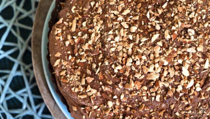 'Našķoties' Zanes dubultās šokolādes pīrāgs ar grauzdētām mandelēm
