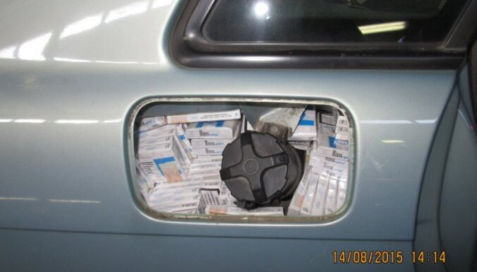 ФОТО: в тайниках в легковой машине везли 25000 сигарет