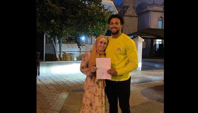 Rebeka Koha Allāha priekšā apprecējusies ar mīļoto vīrieti