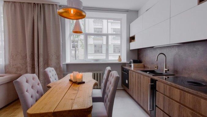 Foto: Pasteļtoņiem piesātināts dzīvoklis Rīgas centrā, kuram dizainu veidojis šefpavārs