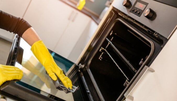 Vienkāršs triks, kā nomazgāt piekaltušās cepeškrāsns pannas un režģus