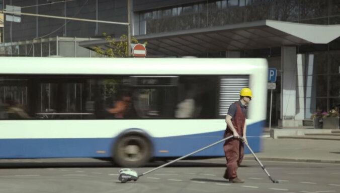 Video: Skutelis pamāca, kā cīnīties ar gaisa piesārņojumu Rīgā