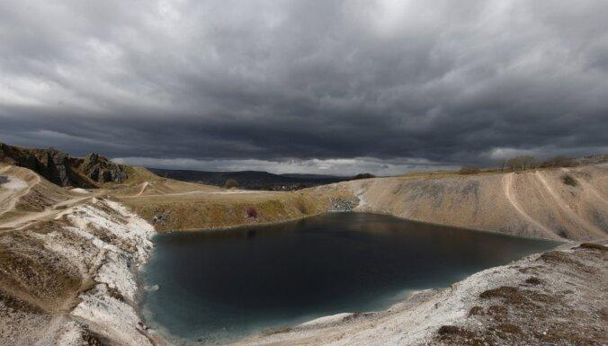 Lai izvairītos no pulcēšanās, Anglijā iecienītu ūdenstilpi iekrāso nesimpātiski tumšu