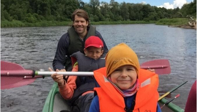 Riteņbraukšana un sporta spēles: hokejista Jāņa Sprukta idejas aktīvai vasarai ar bērniem