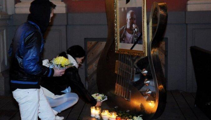 Fotoreportāža: ļaudis Rīgā piemin leģendāro mūziķi Aivaru Brīzi