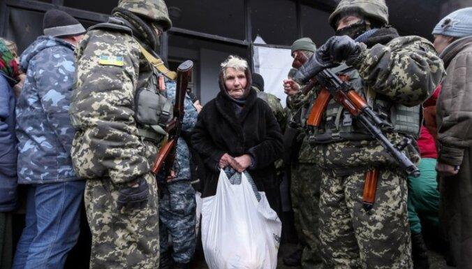Debaļcevē turpinās iedzīvotāju evakuācija; bēgļi stāsta par piedzīvotajām šausmām
