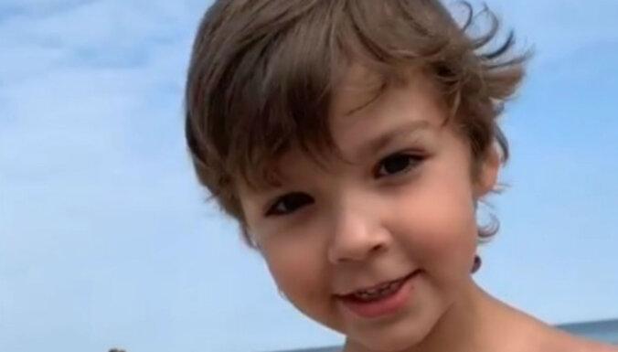 Video: Galkina dēlēns Bulduru pludmalē prāto, kā paslēpties no paparaci