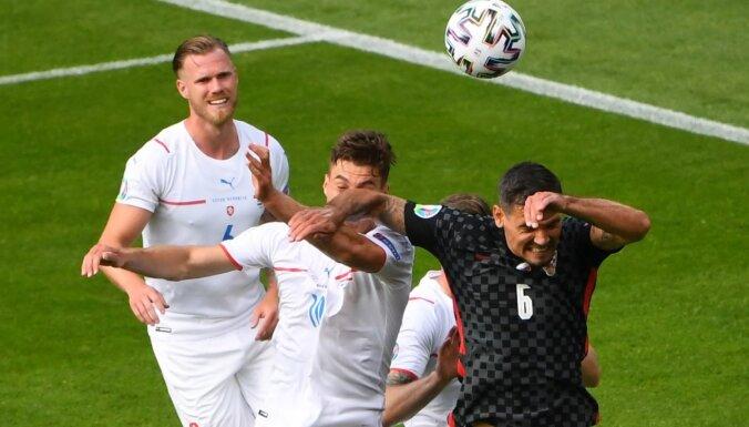 Horvātijas un Čehijas futbolisti kaujinieciski nospēlē neizšķirti