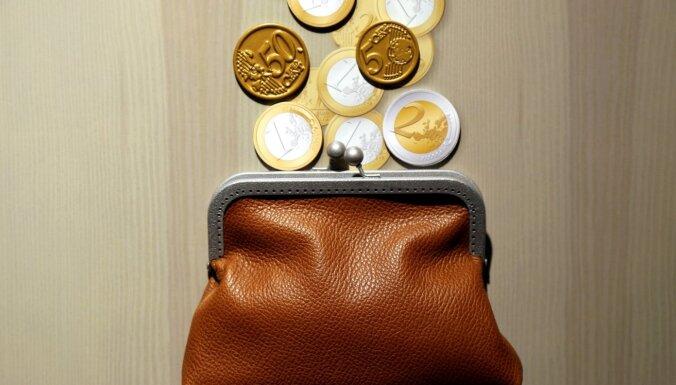 Pieprasījums pēc patēriņa kredītiem sarucis; dažas bankas samazinājušas likmes