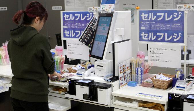 Japānā sievietes protestē pret briļļu vilkšanas ierobežojumiem darbā