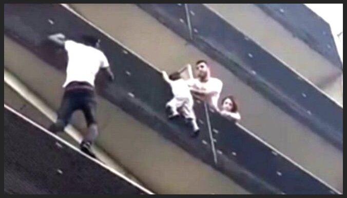 """""""Человек-паук"""" из Мали спас ребенка в Париже, став героем во Франции"""