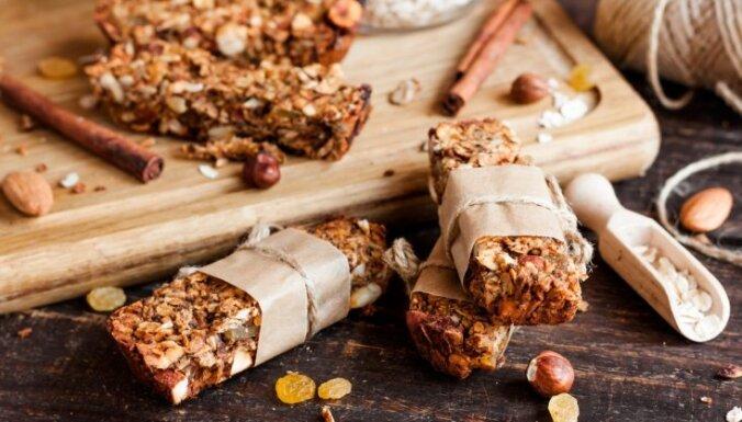 Veselīgāks našķis līdzņemšanai – kā pašam pagatavot auzu pārslu batoniņus