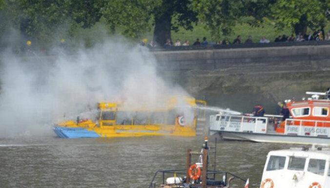 Туристы спаслись вплавь с горящего судна на Темзе