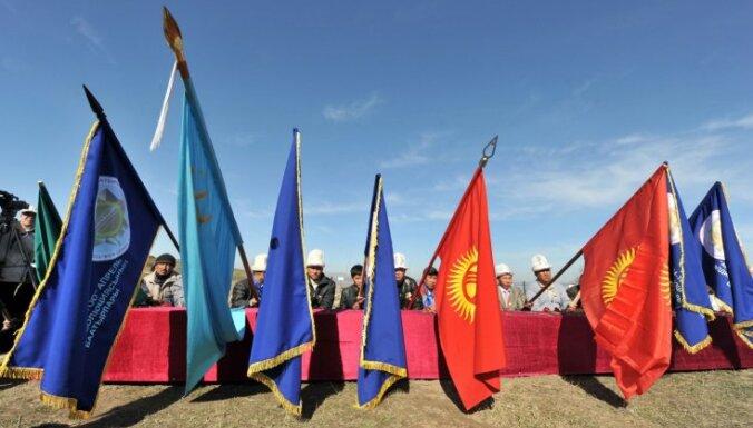 Kirgizstānā demontē Brīvības pieminekli
