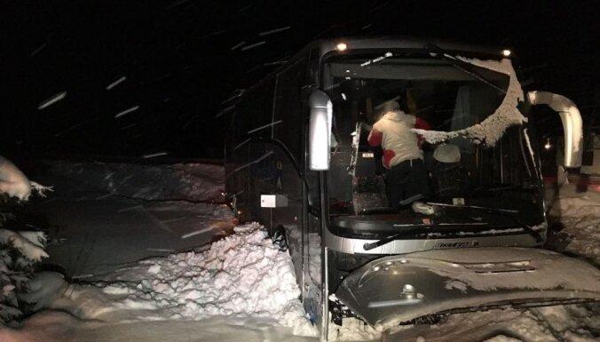 Foto: Igaunijā avarējis autobuss ar futbolistiem
