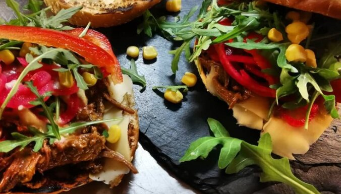 Smukburgeri ar plucinātu cepeti un avokado-laima krēmu