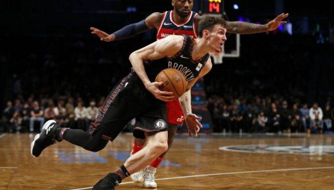 Kuruca pārstāvētā 'Nets' pārspēj 'Grizzlies' un iesoļo 'play-off' zonā