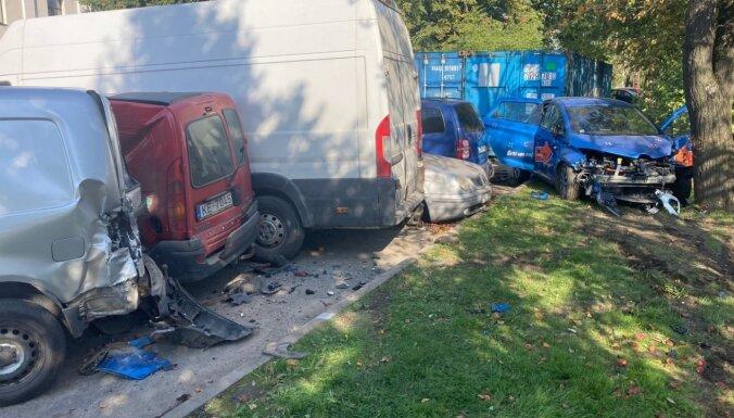 Koplietošanas auto vadītājs Ganību dambī bojā piecas automašīnas un pamet notikuma vietu
