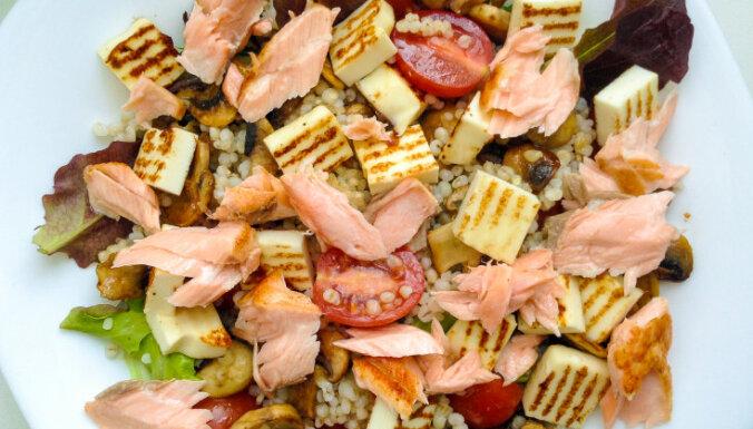 Sātīgie grūbu salāti ar ceptu lasi, grilsieru un šampinjoniem