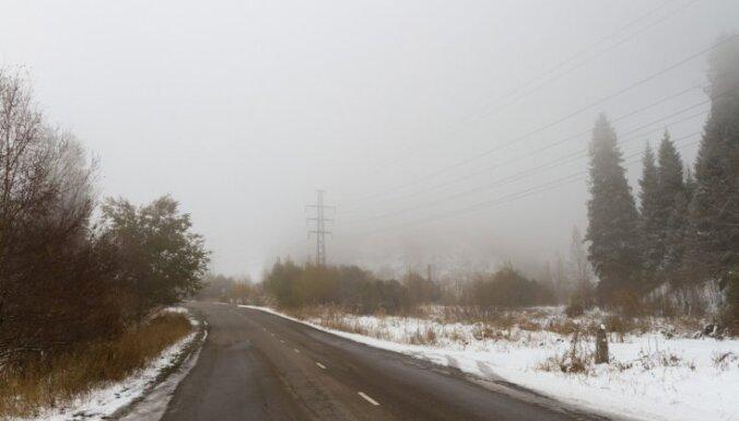 Piektdienas rītā Liepājas un Talsu apkaimēs apledojuši autoceļi